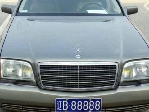 跟随王健林多年的座驾,车龄25年不舍得卖,车牌依旧是5个8