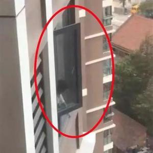 女童探出18楼窗外喊妈妈,妈妈居然还拒绝撬锁…民警怒了