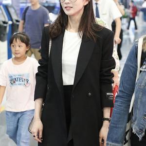 张钧甯穿西装短裙好飒,将长发微卷再剪个齐刘海,37岁美得不像话