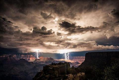 镜头下:雷雨降临前的天空奇景胜似科幻电影