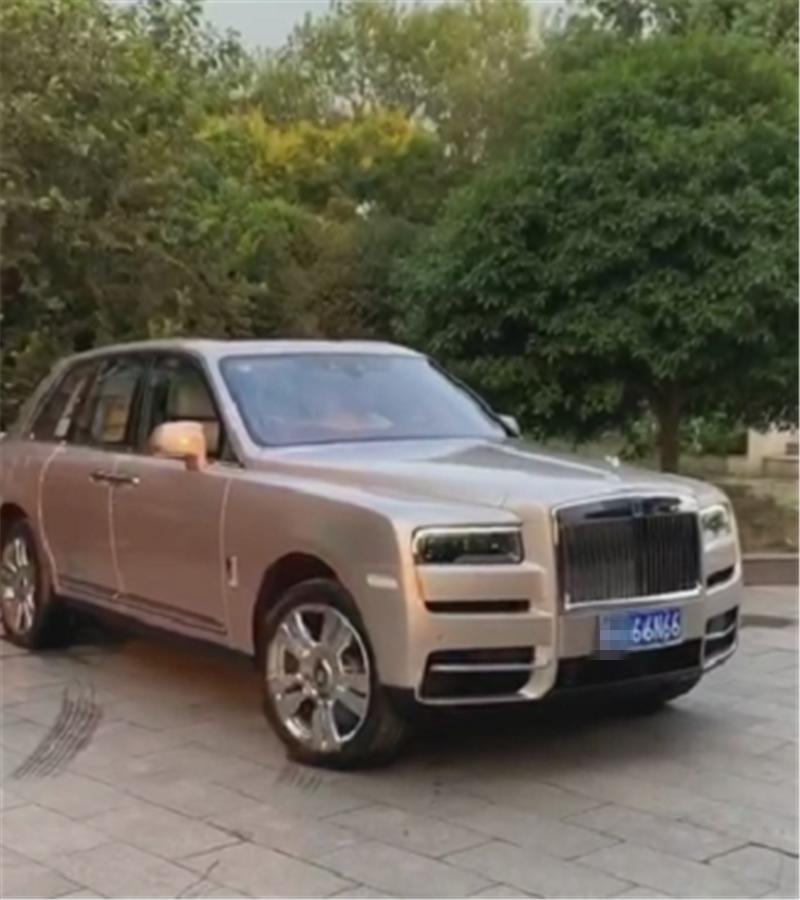 """又一台库里南现江苏,全车""""香槟色"""",车价700万,车牌还值50万"""