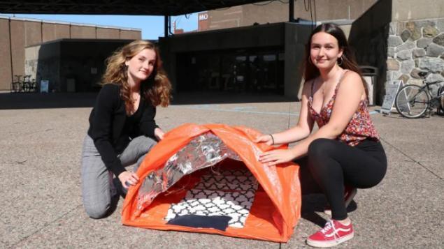 蒙特利尔年轻人为无家可归者设计一种背包帐篷