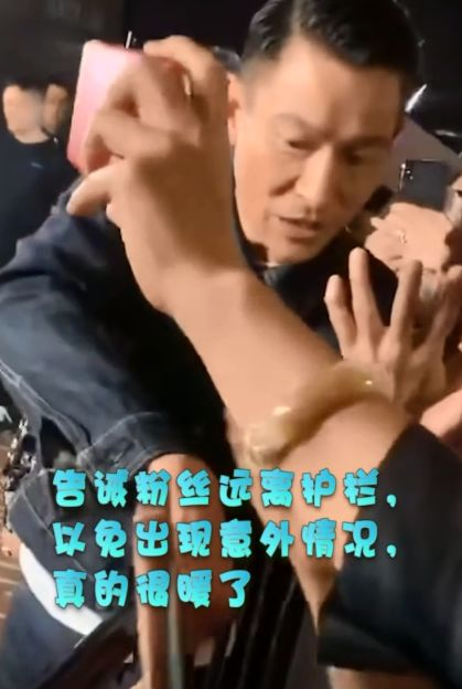 粉丝穿婚纱逼婚刘德华,当年杨丽娟仍是阴影,好在这次回答情商高