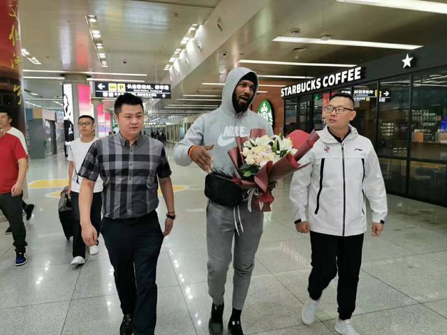 来了!塞尔登今晨抵达济南 山东男篮新赛季备战进入新阶段