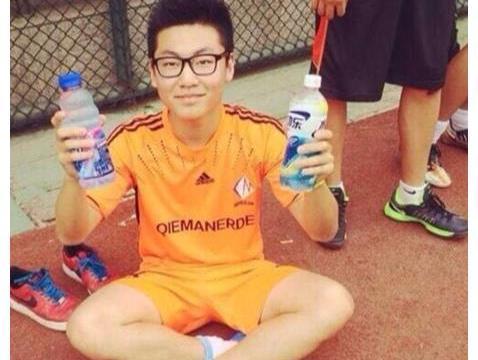 白岩松21岁儿子近照曝光,成国外足球主播?不靠父亲帮扶仍优秀