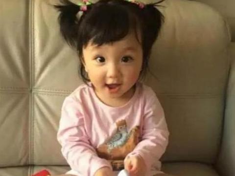 张丹峰晒出自己的豪宅,特意给女儿做了沙池,小区环境绿化超好