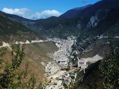 云南山沟沟小县城,两边都是悬崖峭壁,建在山脚下太危险了