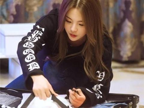 杨超越化身怪力美少女,村里劈柴种地太可爱!