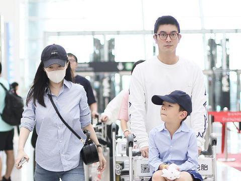 杜江一家现身机场,他瞪大眼睛好严肃,霍思燕的身材在一旁抢镜了