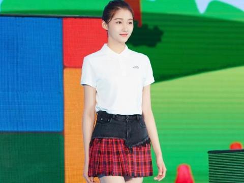 关晓彤节目穿搭真养眼,白色polo衫搭格纹短裙,露出美腿好吸睛