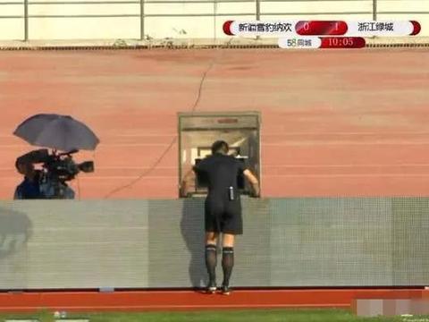 新疆门将禁区外手球,傅明观看VAR后出示黄牌。对判罚有看法?