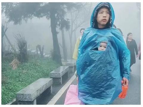 """""""袋鼠奶爸""""下雨天带娃爬山火了,萌娃:我是谁?我在哪?"""