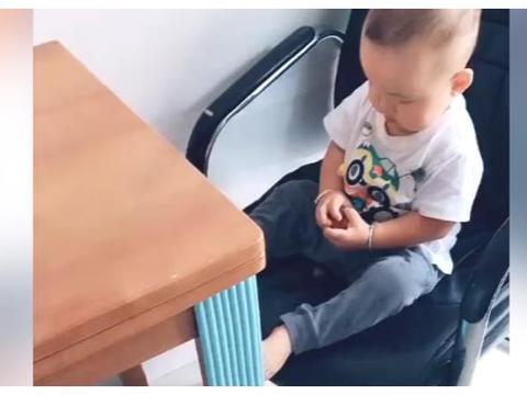宝宝也太调皮了,把二姨家的水果扔到地上,就不怕姨妈生气吗?
