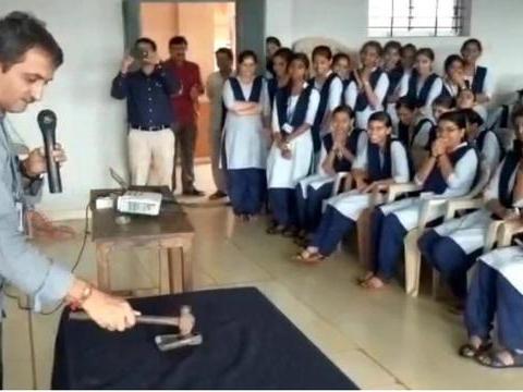 印度大学禁止学生带手机,屡禁不止,校方突袭没收手机当场砸烂