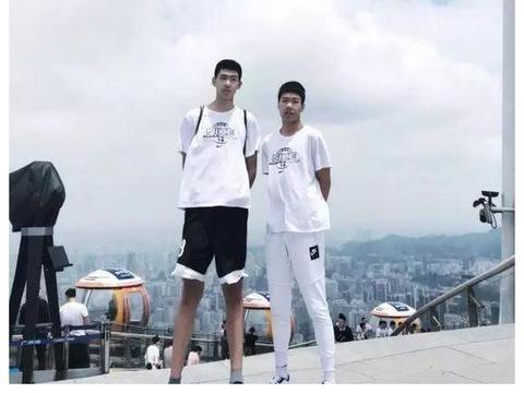 广东培养的又一位天才少年,16岁身高达2.2米,易建联的接班人?