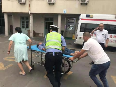 患者误喝农药陷入昏迷 胶州交警拉响警笛开道争取抢救时间