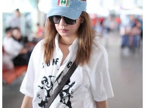 赵薇否认怀孕后现身机场,素颜显老皮肤松弛