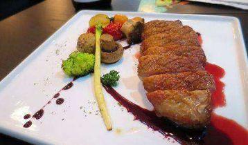 牛排佐蘑菇蔬菜,荤素搭配,口感丰富,味道鲜甜,适合户外烹饪