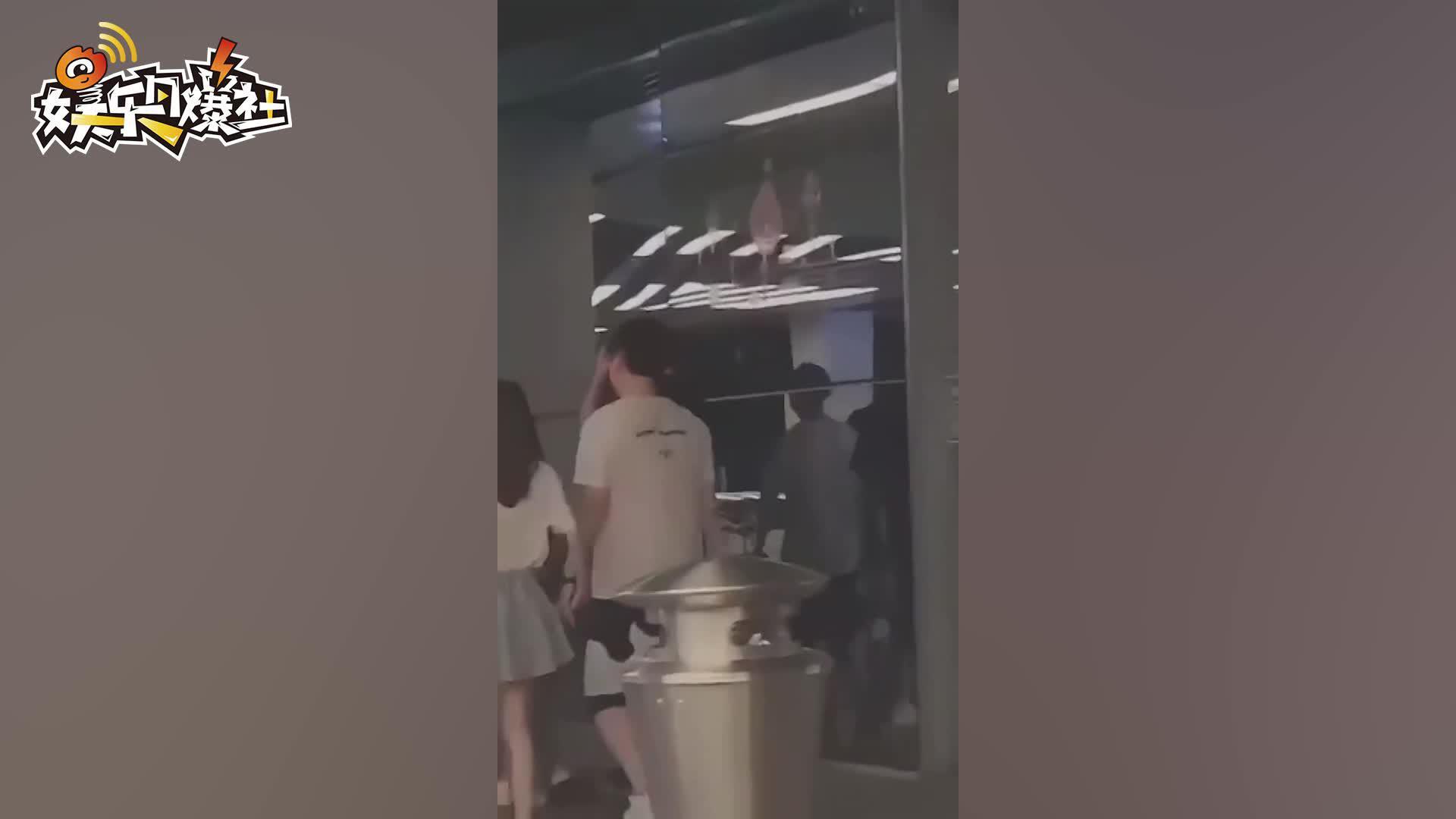 视频:王思聪带妙龄美女现身深圳 两人十指紧扣感情不一般