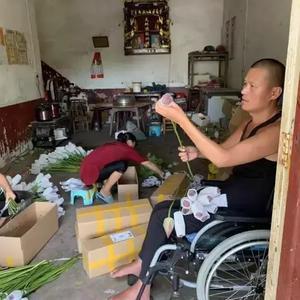 被400斤机器砸中终生残疾,他在轮椅上卖莲蓬,年入百万