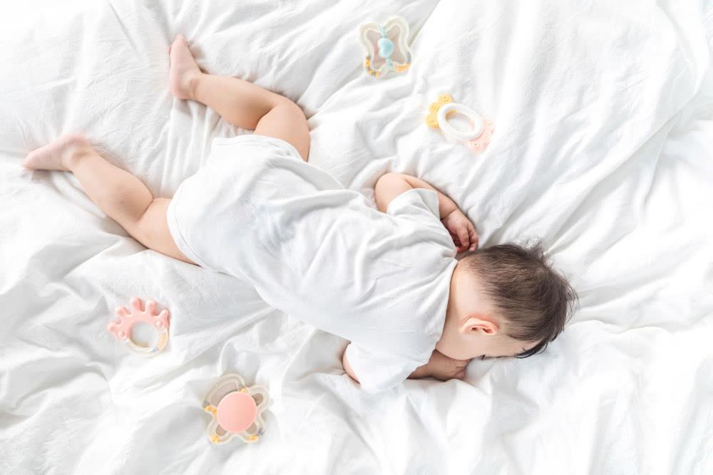 为了与娃分床,妈妈把儿子送到奶奶家,半个月后抱着儿子泪如雨下