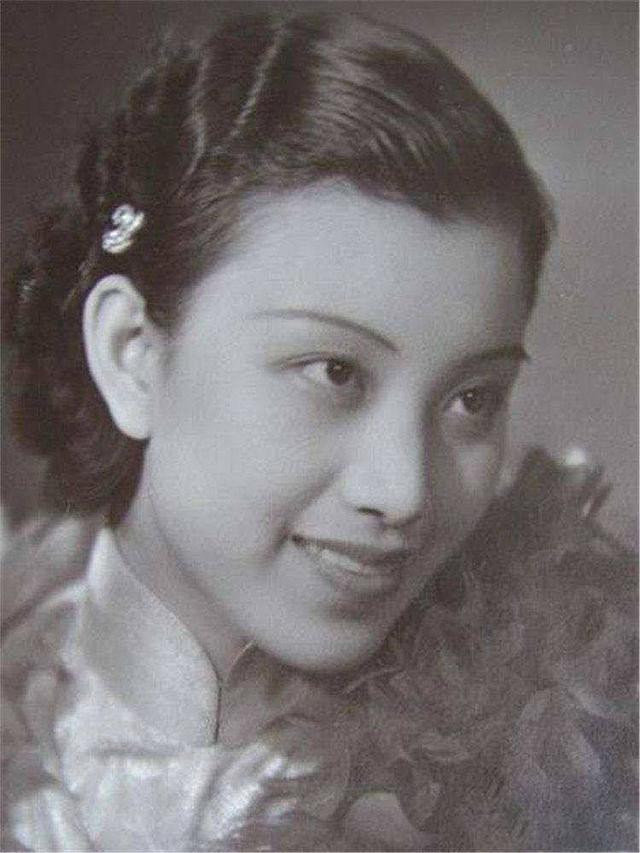 她出生时头上无发,祖父爱惜她,给她起个好名,今成唯一健在名媛