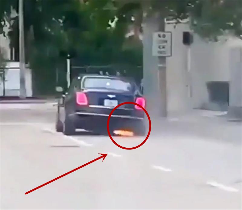 俄罗斯一辆600万宾利右前轮变形,车主仍然行驶,一路冒烟带火花