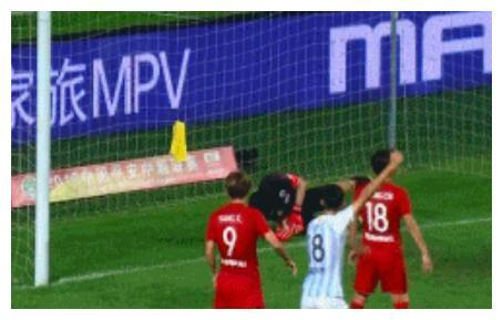 中国国门超低级失误,连人带球摔进球门,里皮还敢带他打世界杯?
