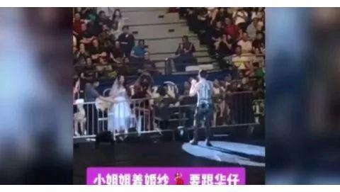 刘德华演唱会女粉丝穿婚纱向其求婚,华仔高情商回应惹全场尖叫