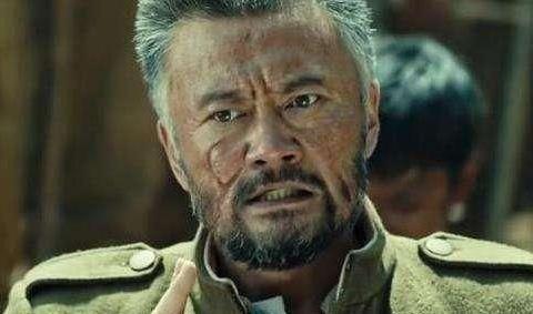 他与李亚鹏是同学,在《湘西》中是一大老粗,私下温文儒雅