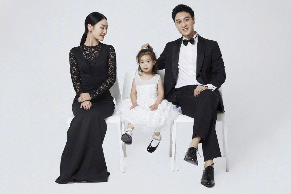 """《甄嬛传》她演""""安陵容"""",今穿黑色修身裙拍全家福,优雅极了"""