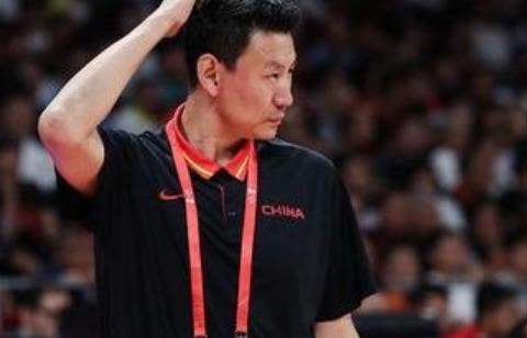中国男篮惨败两场,全中国都在等李下课,李楠的主教练位置难保