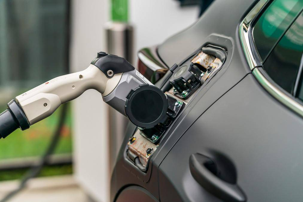 用SUV对抗高尔夫,6L油耗、能装下430L,马自达带来首台电动车