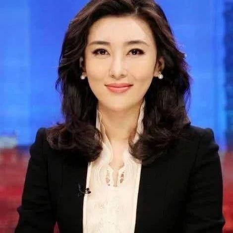 央视女主播,因穿着不得体多次被警告,低调嫁富豪,丈夫背景强大