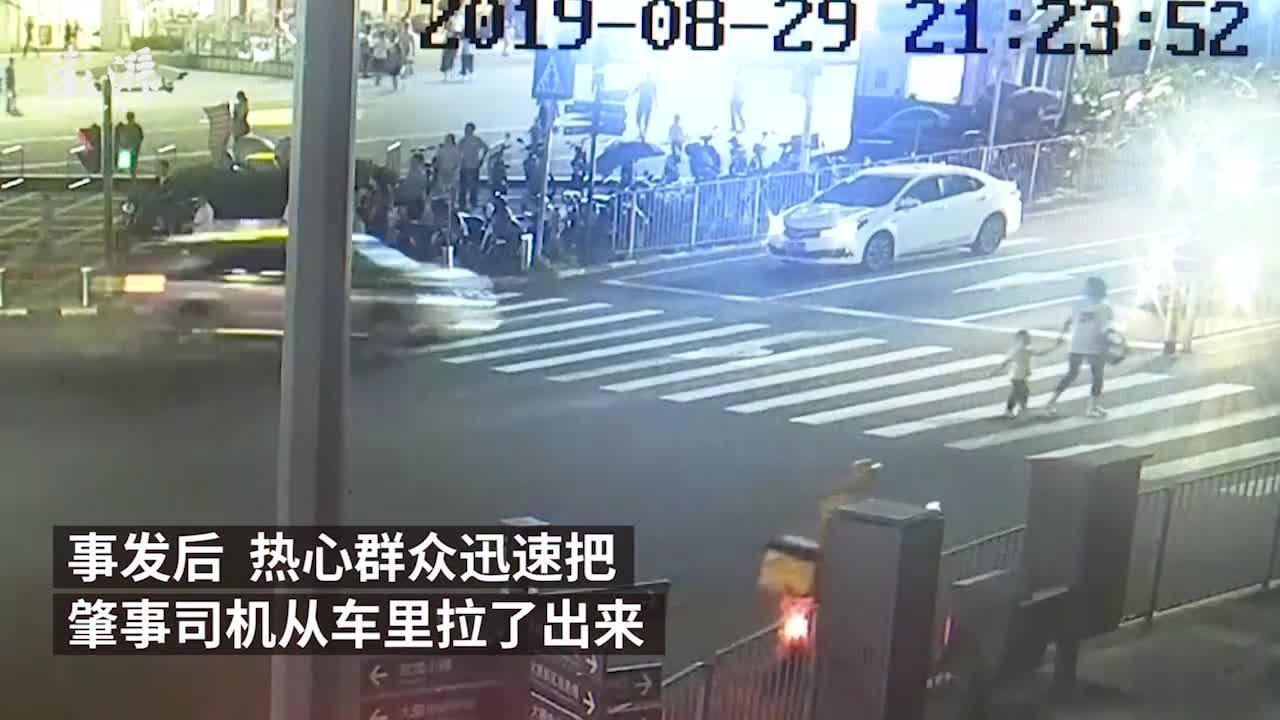醉酒男半路赶走代驾,自驾撞人撞隔离带