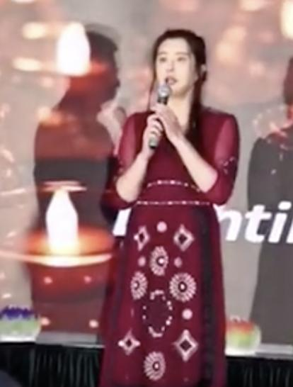 52岁王祖贤退圈15年罕见现身佛寺晚宴献唱,保养极好依旧清新脱俗