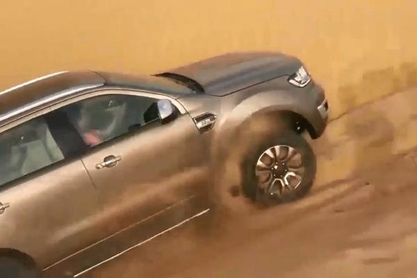 视频:拒绝平庸玩越野 开福特撼路者去沙漠漂移的那刻,才知道啥叫霸气