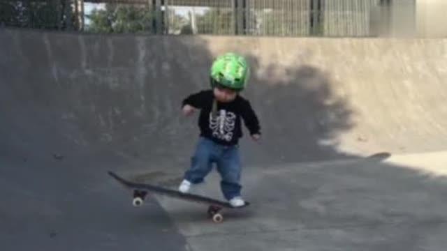 爱玩滑板的小宝宝,玩累了喝口奶,卧槽,快萌坏了。。