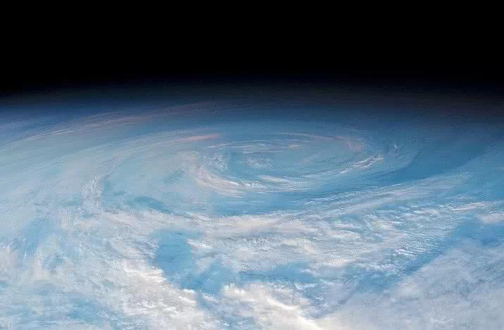 国际空间站宇航员捕捉巨大漩涡云,在南太平洋上空,直径数百公里