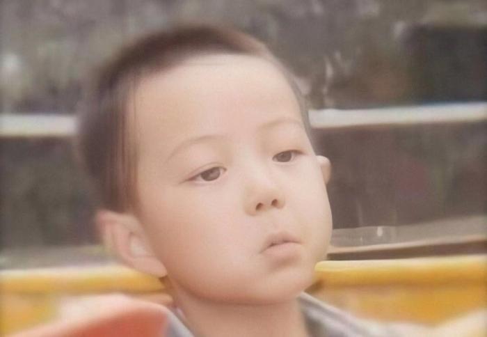 男明星童年照片曝光 ,李现胖嘟嘟,而他基本没什么变化