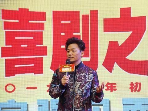 """王宝强穿迷彩夹克化身""""潮男""""人气旺 与粉丝握紧小拳拳齐打call"""