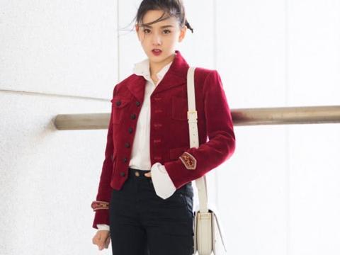 """宋祖儿机场摆拍,全网都在研究她穿""""安全裙"""",竟比西装外套还长"""