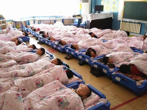 """家长群里收到孩子午睡照片,家长看后不淡定,老师遭到""""炮轰"""""""