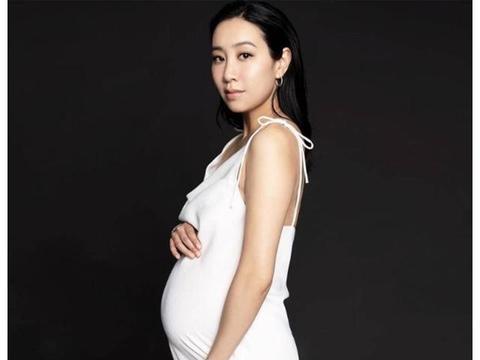 香港著名歌手晒黑白二胎大肚写真 曾与余文乐相恋仅半年就分手