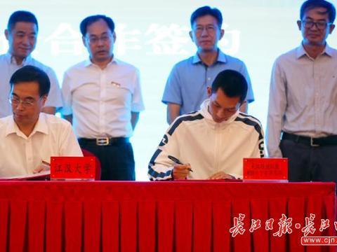 武汉这个高校新生才开学,众多赛车企业就在开学典礼上预订人才