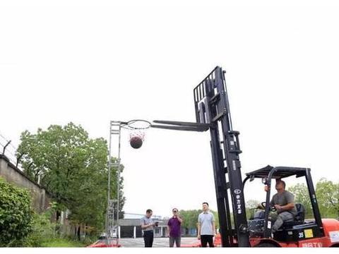 涨见识!司机们的篮球比赛:开着叉车投篮绕杆