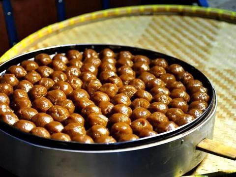 宁波著名小吃灰汁团,两口一个,清凉爽滑脆嫩,咬起来很有韧劲