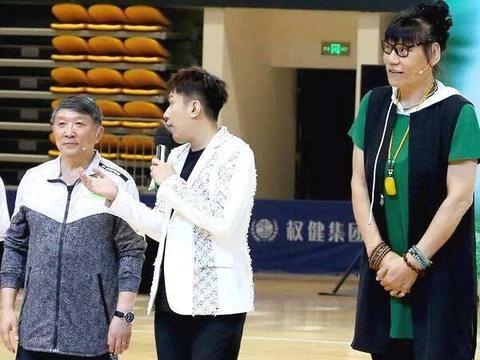 毕福剑和郑海霞同场竞技打篮球!老毕很高兴,郑海霞腿部变形严重