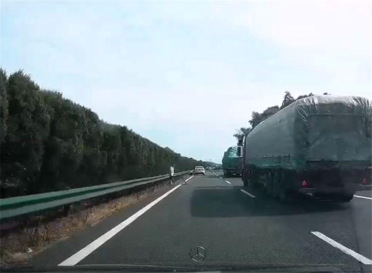 女司机开9万长安逸动,高速爆胎,直接在超车道换胎,遭奔驰追尾