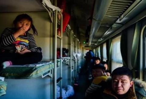 """火车卧铺男女混住易""""出事"""",为什么不分开?为此列车员做出解答"""
